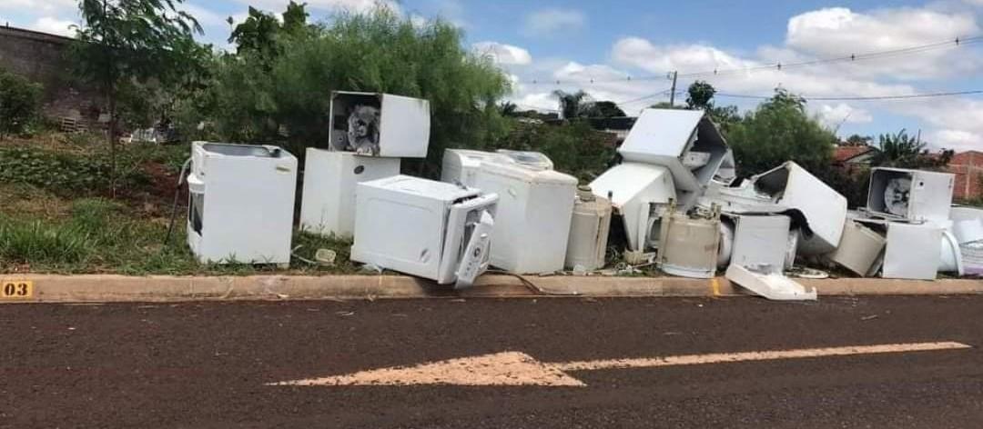 Meio Ambiente tenta descobrir quem descartou dezenas de máquinas de lavar