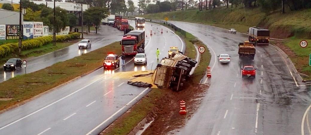 Motorista perde controle da direção e caminhão tomba, em Mandaguaçu