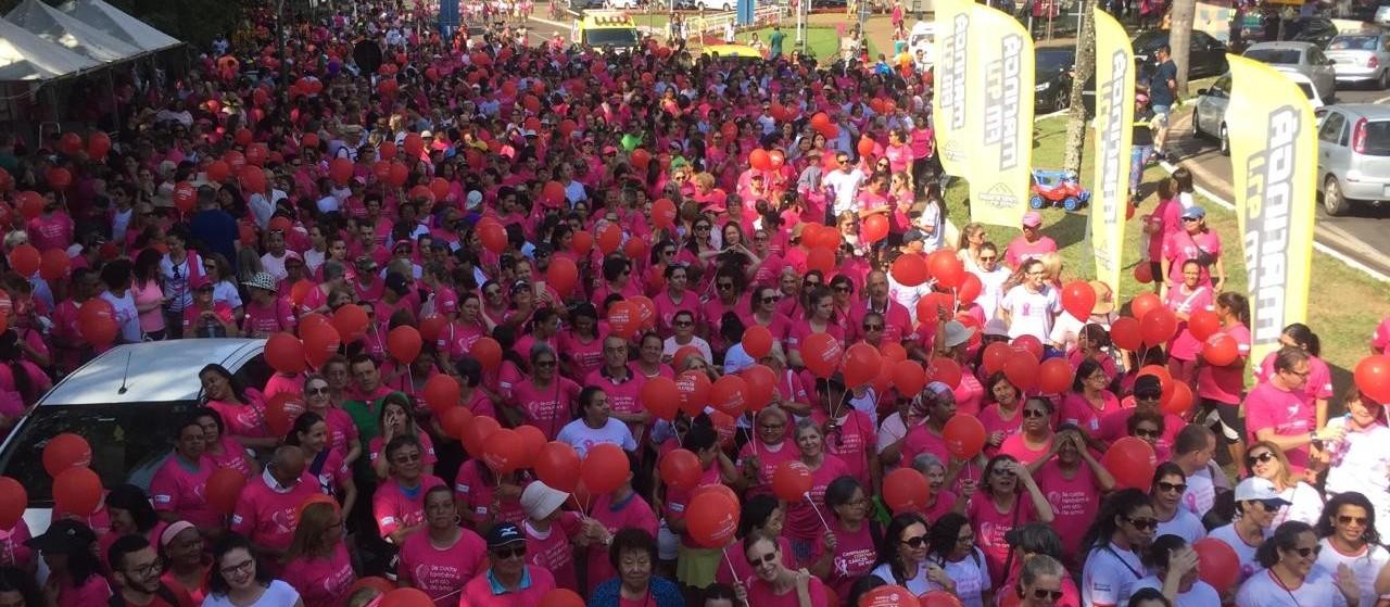 População se une em caminhada contra o câncer de mama
