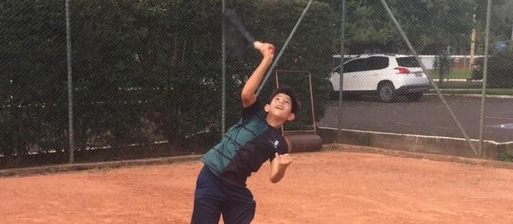 Aos 10 anos, Sidney Meneguetti é promessa do tênis