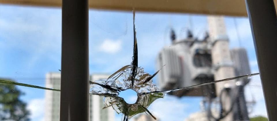 Escola municipal é atingida por tiro