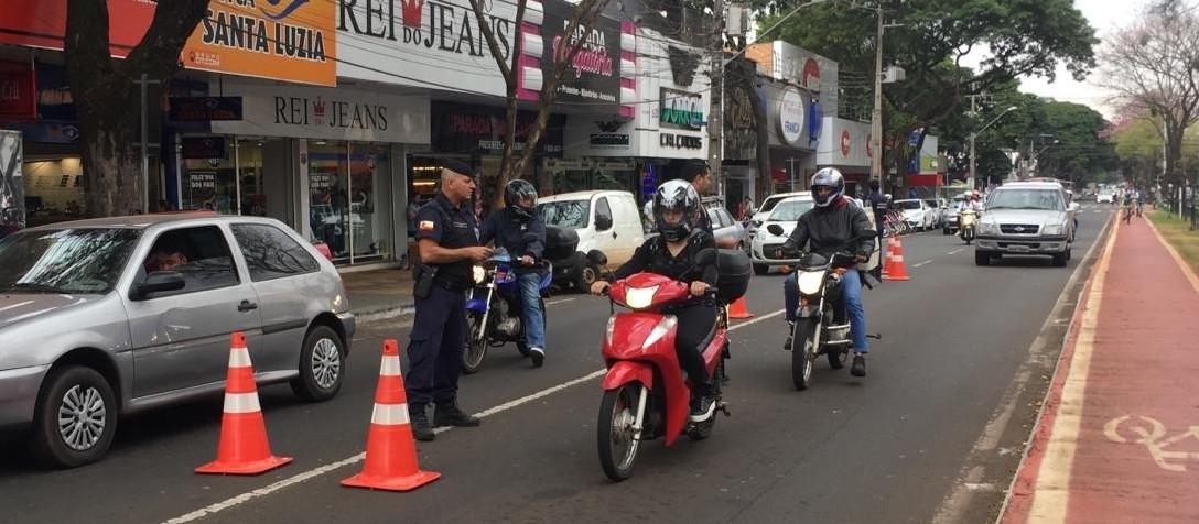 Agentes da Guarda Municipal orientam sobre os equipamentos de segurança em motocicletas