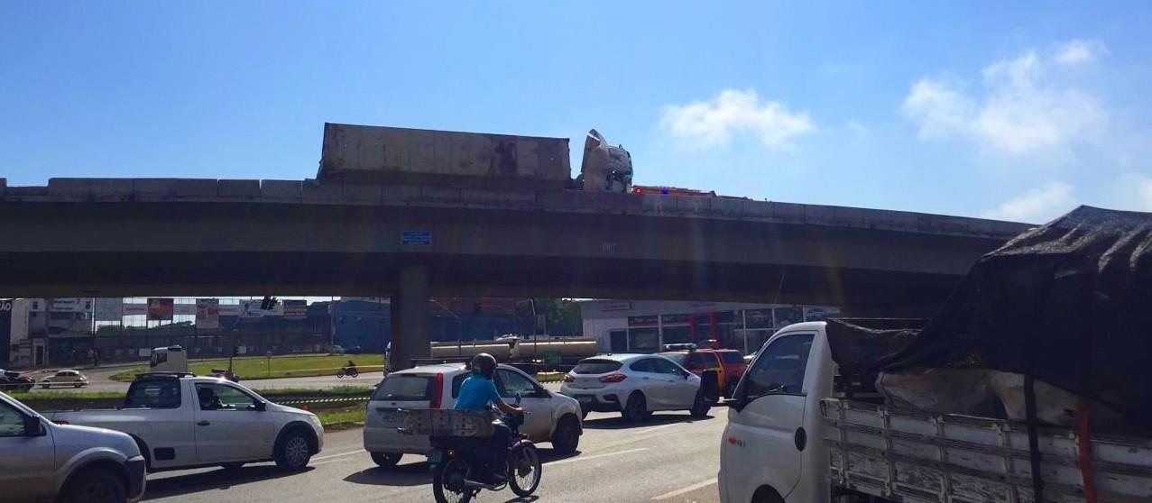 Operação de retirada do caminhão precisa ser realizada o mais rápido possível, diz oficial