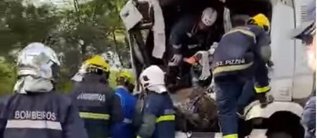Colisão entre três caminhões deixa duas pessoas gravemente feridas
