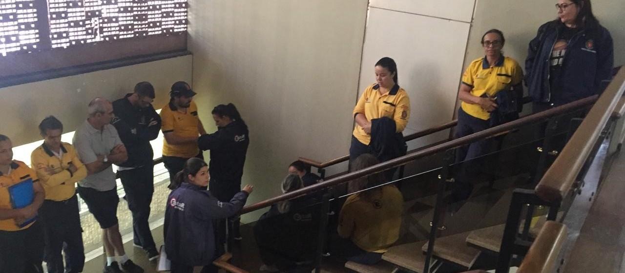 Agentes do Estar entram na fila para serem atendidos pelo prefeito