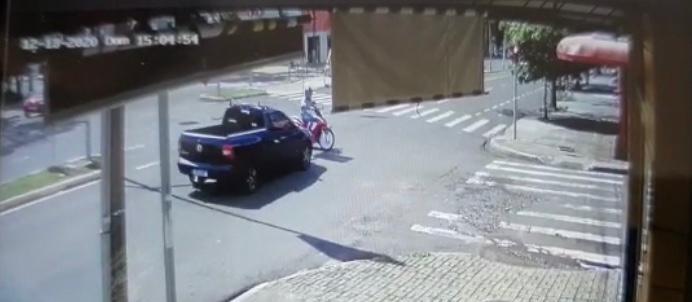 Câmera flagra batida em que motorista bêbado atropela e mata motociclista