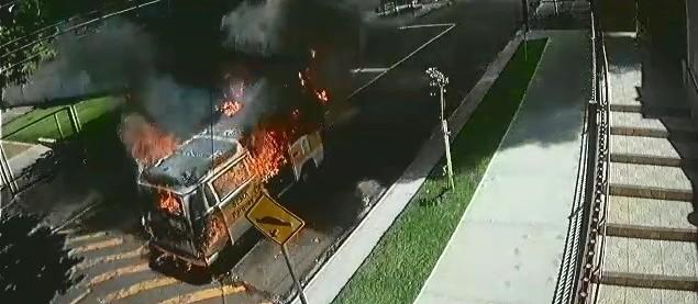 Kombi da prefeitura de Maringá com seis funcionários pega fogo; veja vídeo