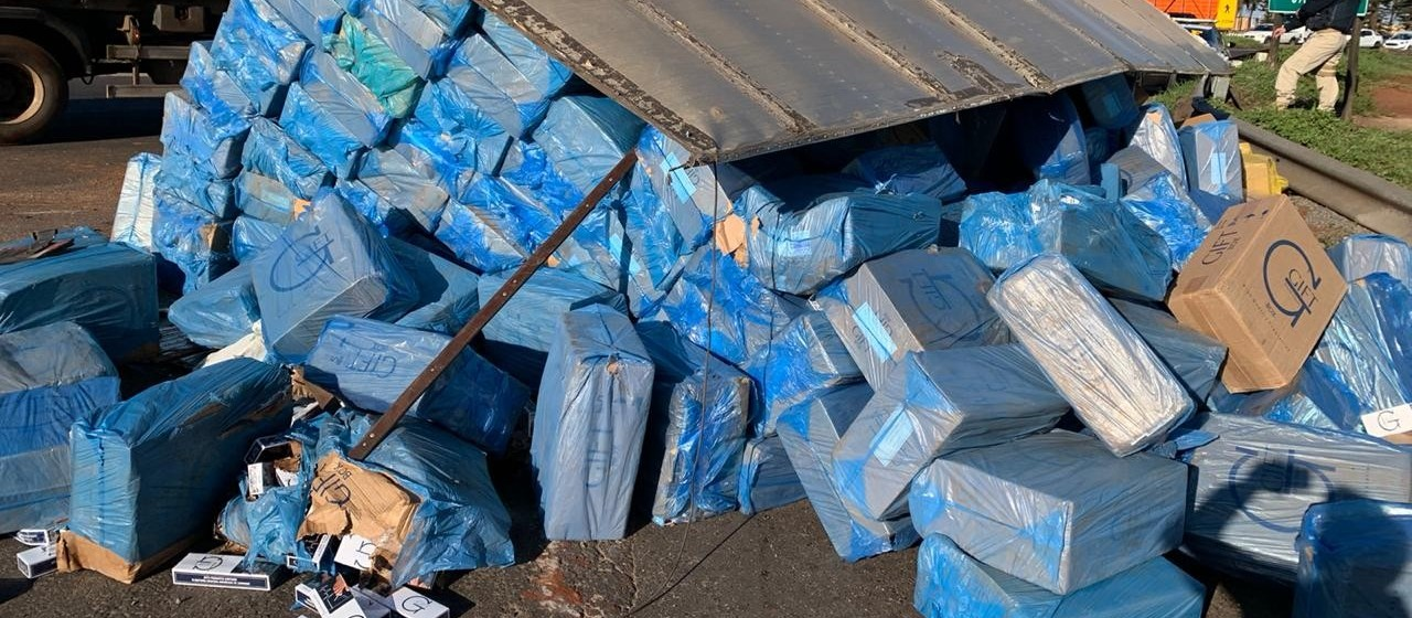 Carreta carregada de cigarros contrabandeados tomba na rotatória do Catuaí