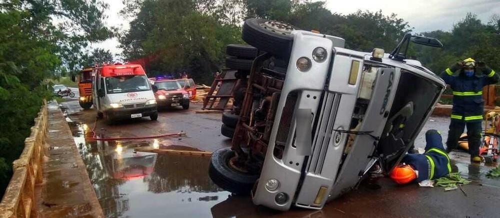 Caminhão tomba e motorista fica ferido na PR-180