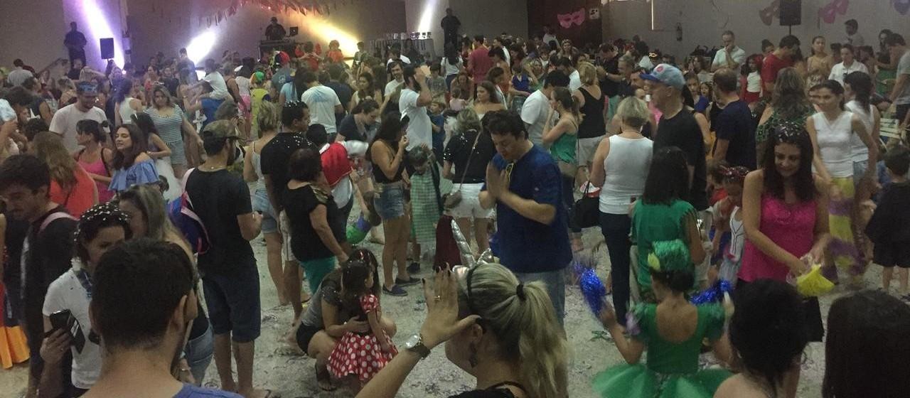 Carnaval à moda antiga encanta crianças