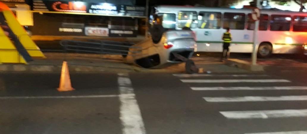 Colisão entre carro e ônibus, em Maringá, deixa três pessoas feridas