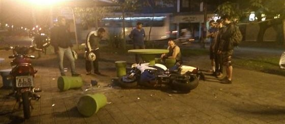 Motociclista invade praça, colide contra bancos e fica ferido