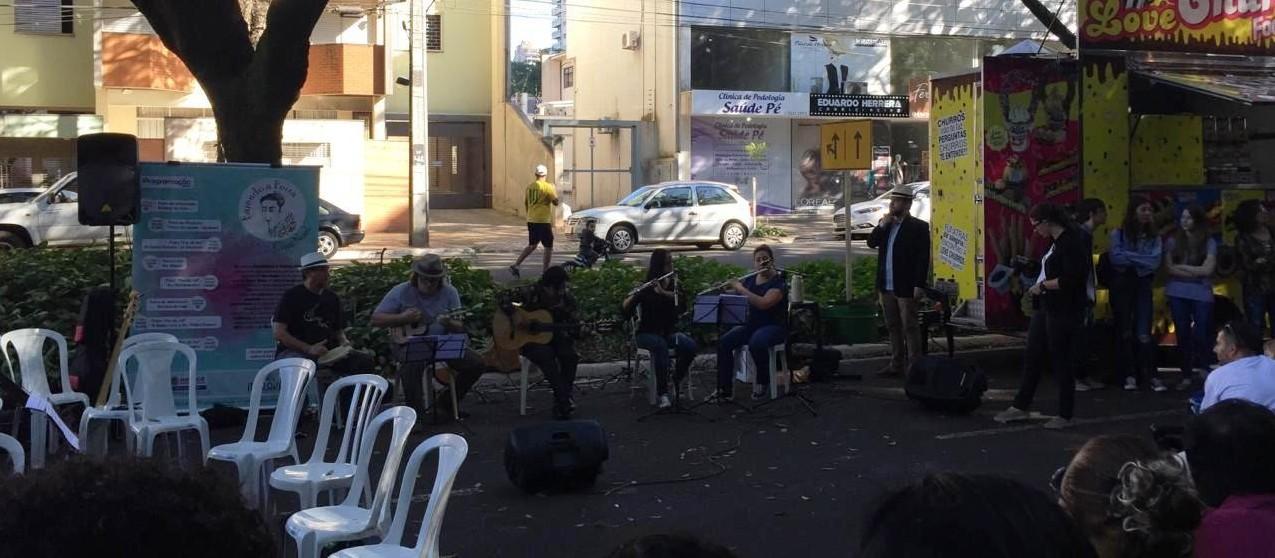 Músicos se apresentam no Parque do Ingá
