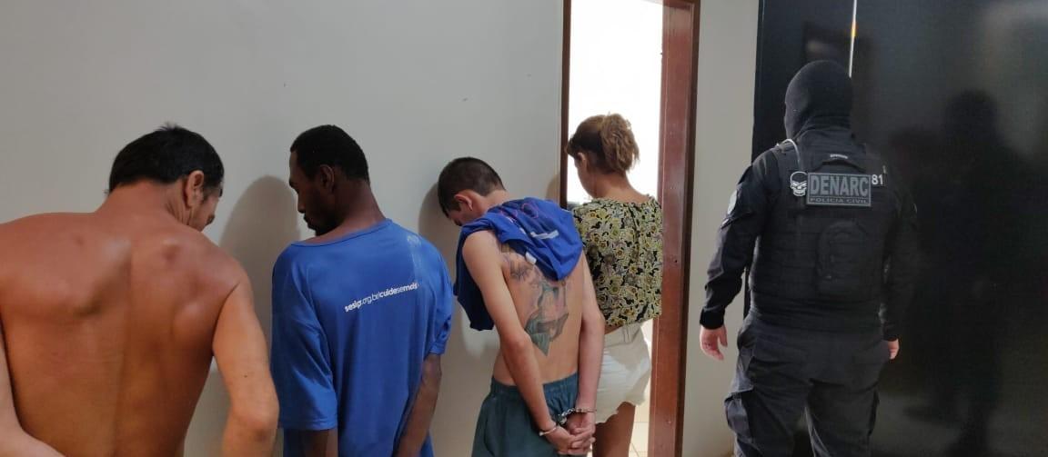 Policiais prendem seis pessoas e encontram droga enterrada