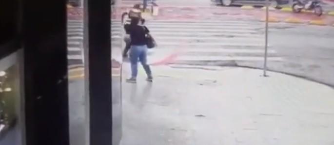 Pedestre é atropelado na faixa e fica gravemente ferido em Maringá