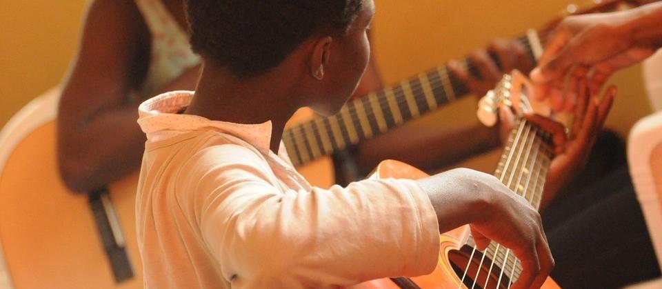 Projeto social do Sesc Maringá oferta aulas de música