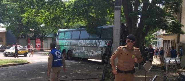 Ônibus se envolve em acidente grave em Maringá