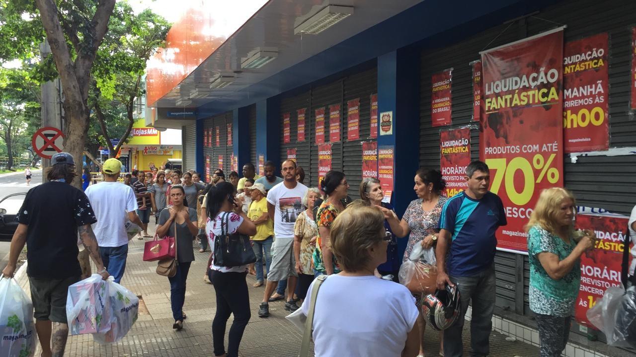 Consumidores fazem fila desde a madrugada para aproveitar liquidação