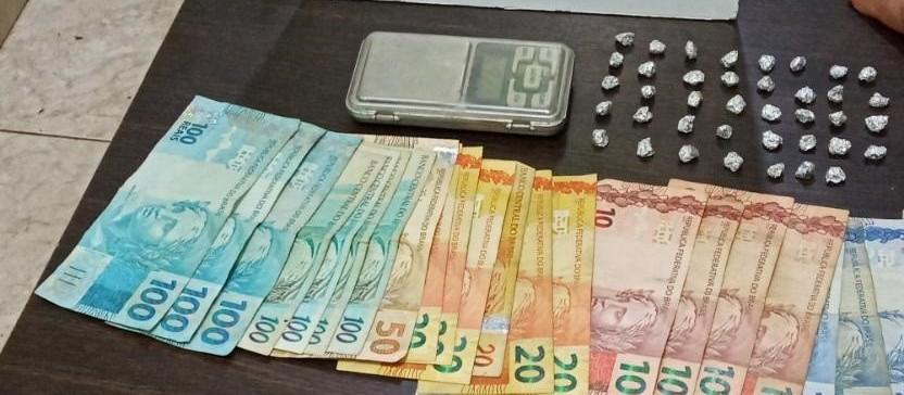 Mulher com mando de prisão por roubo agravado é presa por tráfico de drogas
