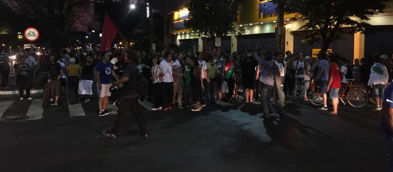 Manifestantes realizam ato contra o Governo em Maringá