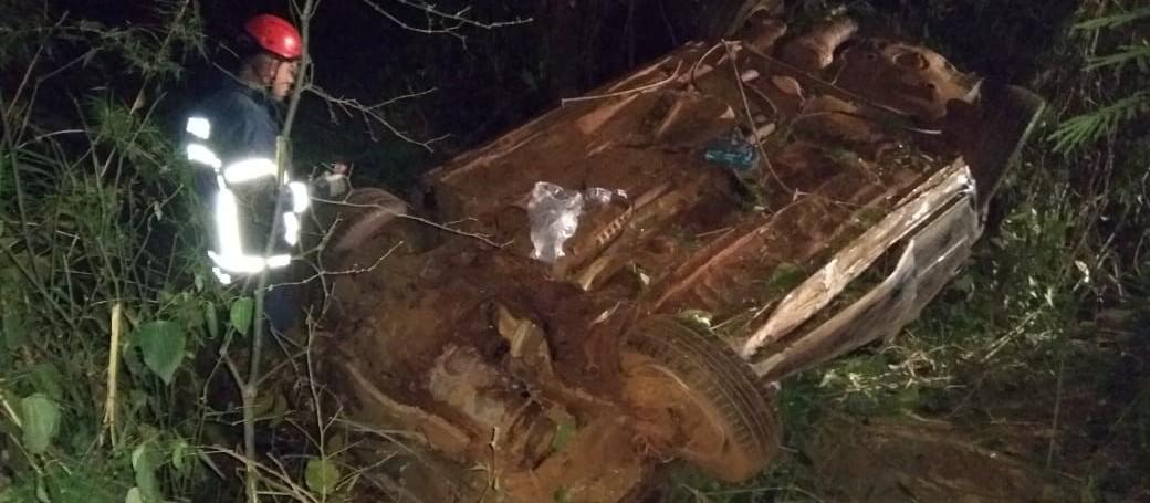 Carro lotado capota na BR-376 e deixa seis feridos