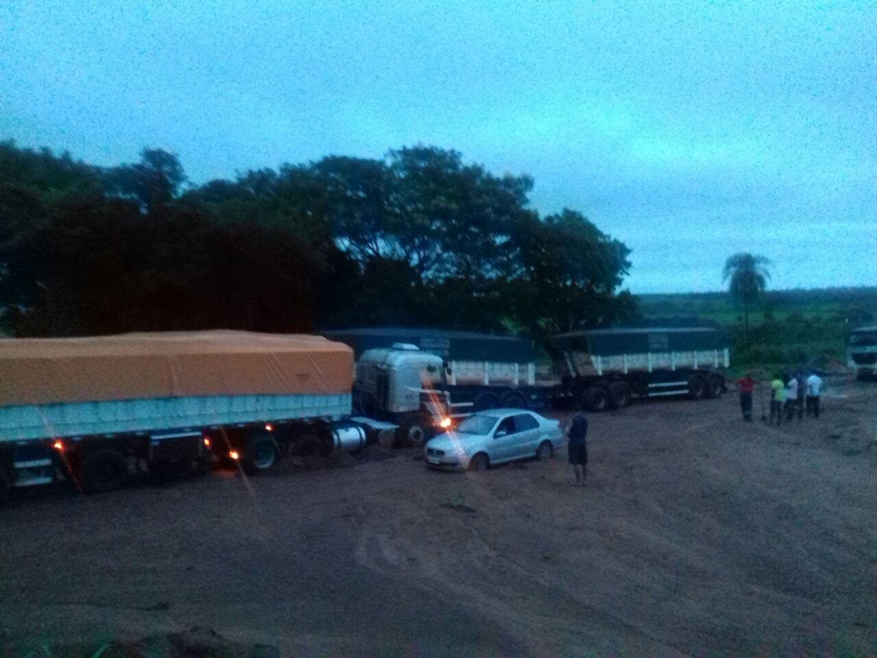 BR-376 em Loanda está interditada devido duas carretas atoladas