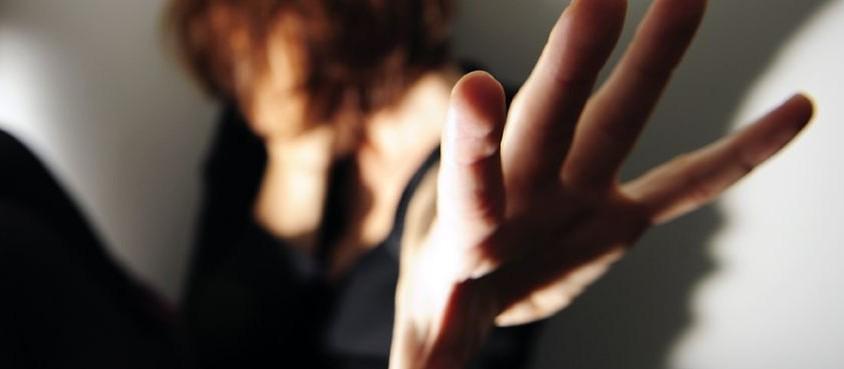 Cinco queixas de violência contra a mulher foram registradas por dia em Maringá