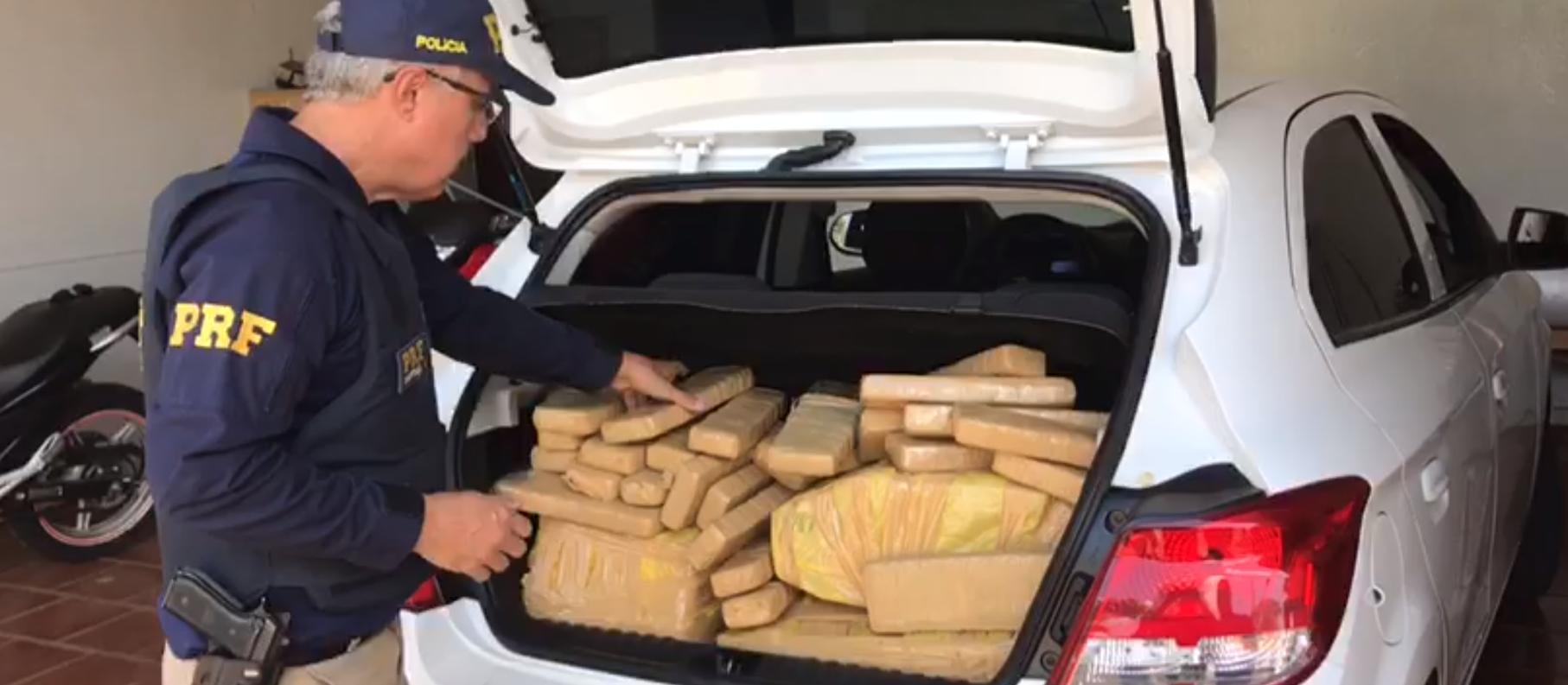 Mais de 120 kg de maconha são apreendidos pela PRF em veículo