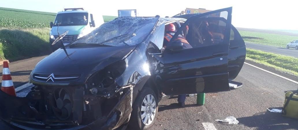 Carro capota e motorista fica ferido na PR-317 em Floresta