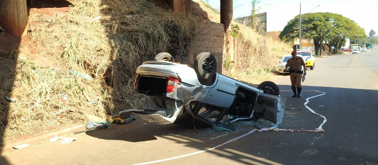 Bombeiros resgatam motorista de carro que caiu de viaduto