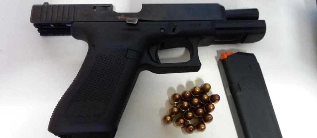 PRF prende seis pessoas e apreende drogas e arma