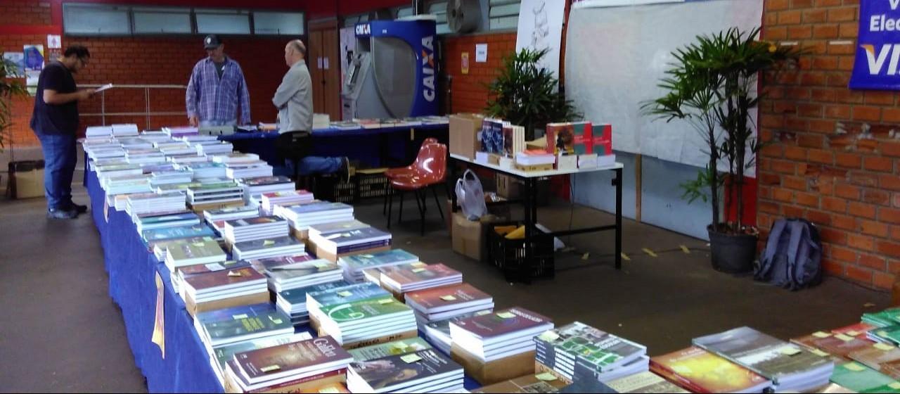 Feira da Editora da UEM oferece livros a partir de R$ 5