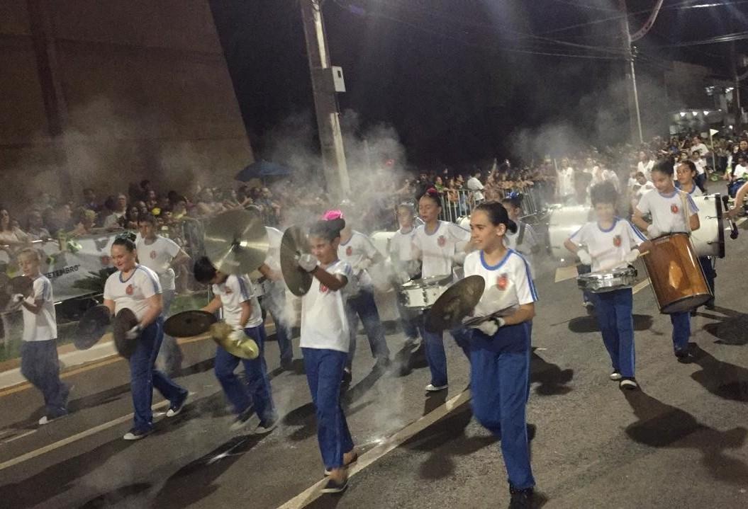 Desfile reúne milhares na Avenida Carlos Borges