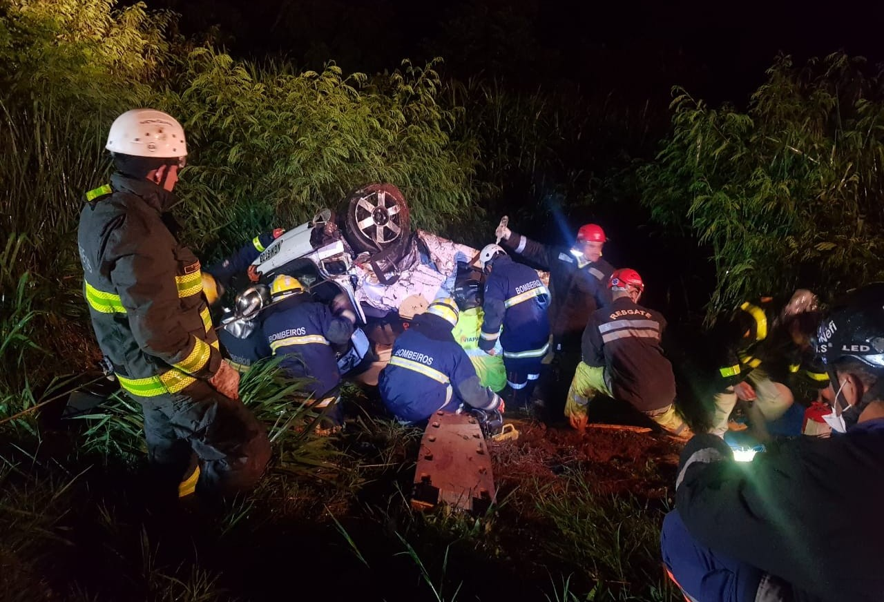 Quatro pessoas ficam feridas em capotamento na BR-376