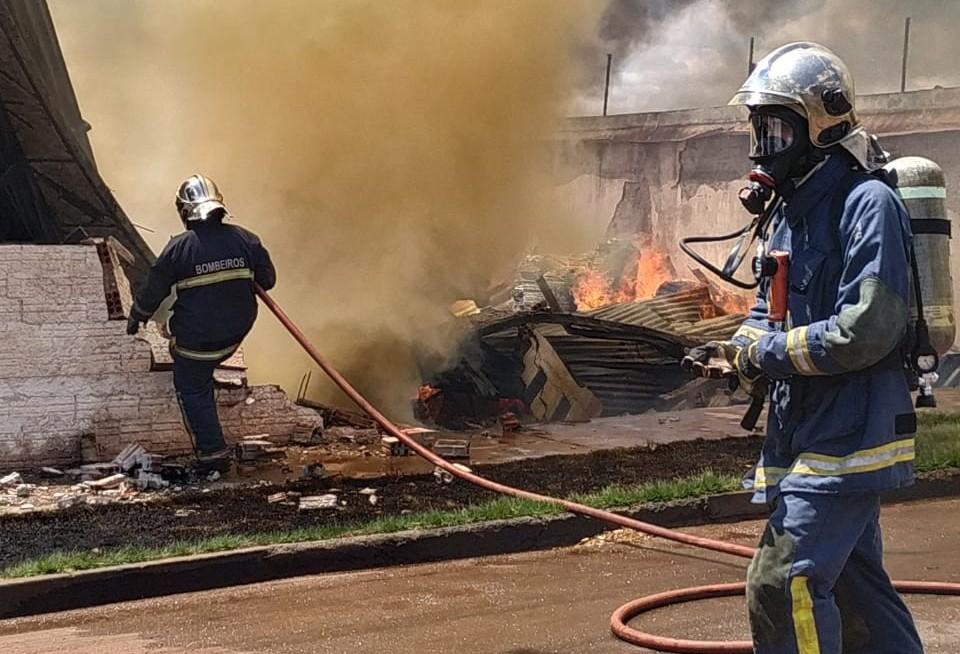 Bombeiros combatem incêndio em fábrica de cadeiras em Sarandi