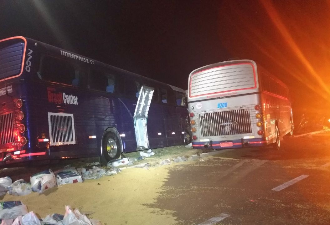 Sete pessoas ficam feridas em acidente entre caminhão e dois ônibus de turismo