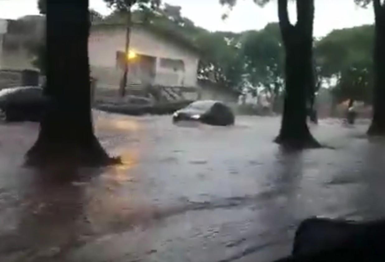 Chuva intensa provoca pontos de alagamento na cidade