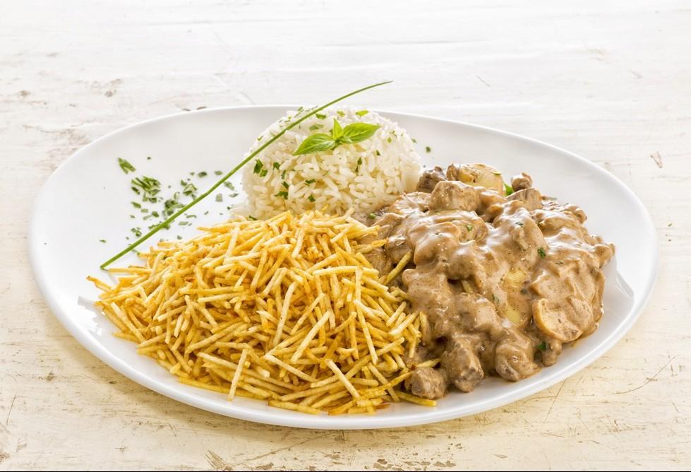 Prato russo, mas combinação brasileira: estrogonofe, arroz branco e batata palha