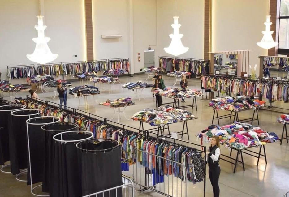 Bazar de roupas arrecada alimentos para indígenas em Maringá