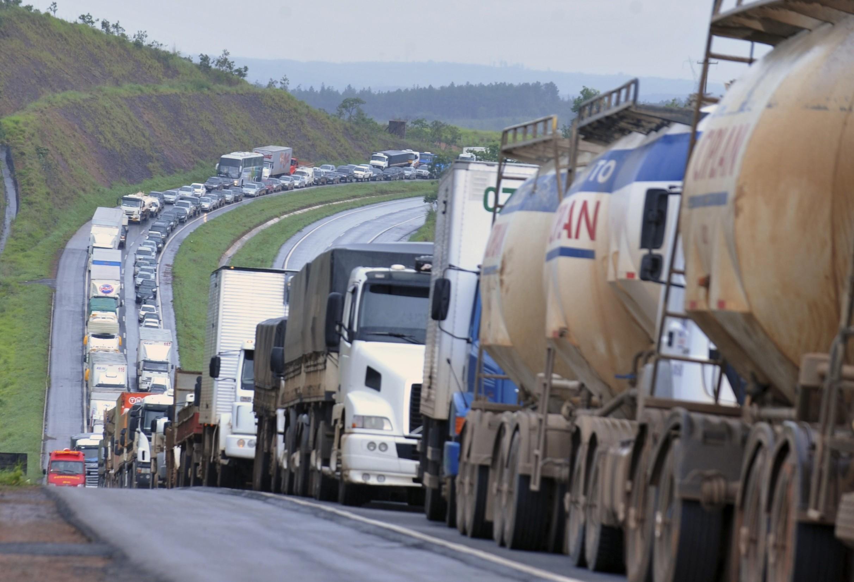 Greve dos caminhoneiros mostra que Brasil tem apenas um modal de transporte