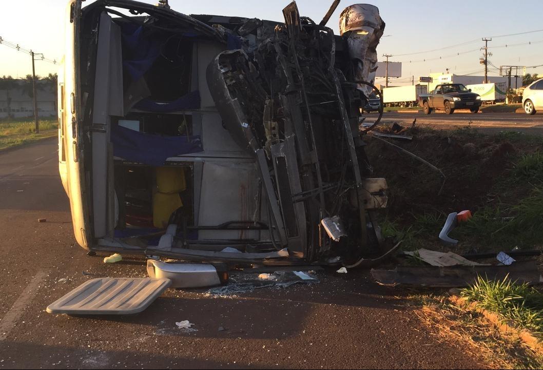 Acidente entre ônibus da Saúde e carreta deixa um morto e feridos