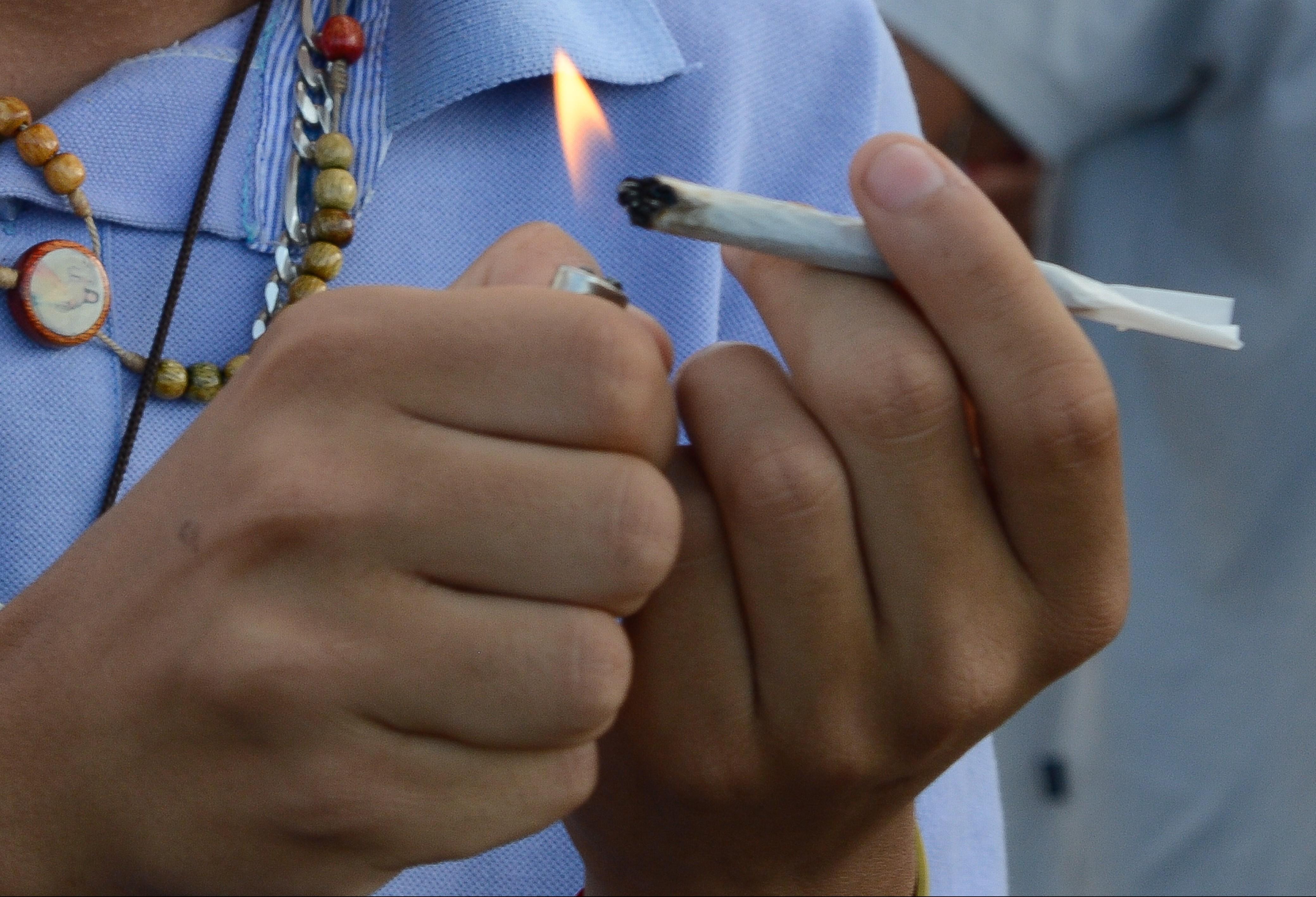 Consumo de drogas na juventude tem relação com acesso a bens, diz psicólogo