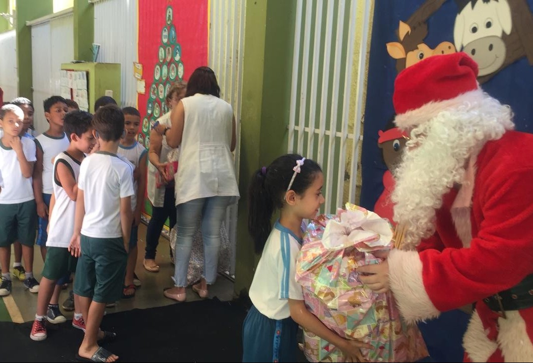 Papai Noel dos Correios faz entrega de presentes