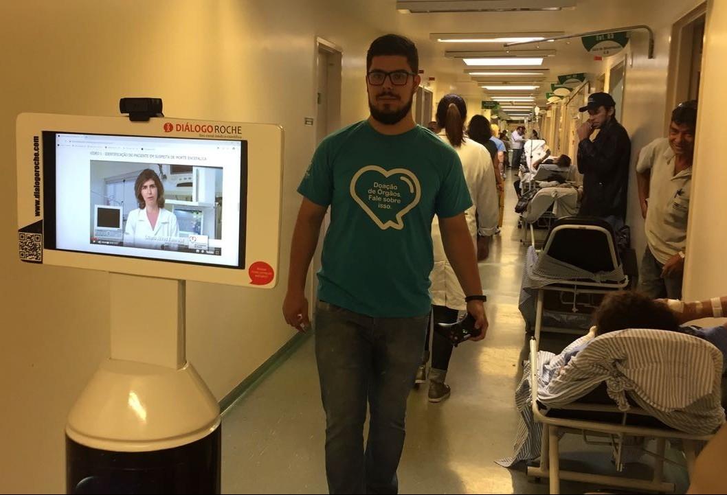 Robô percorre corredores do HU para divulgar campanha