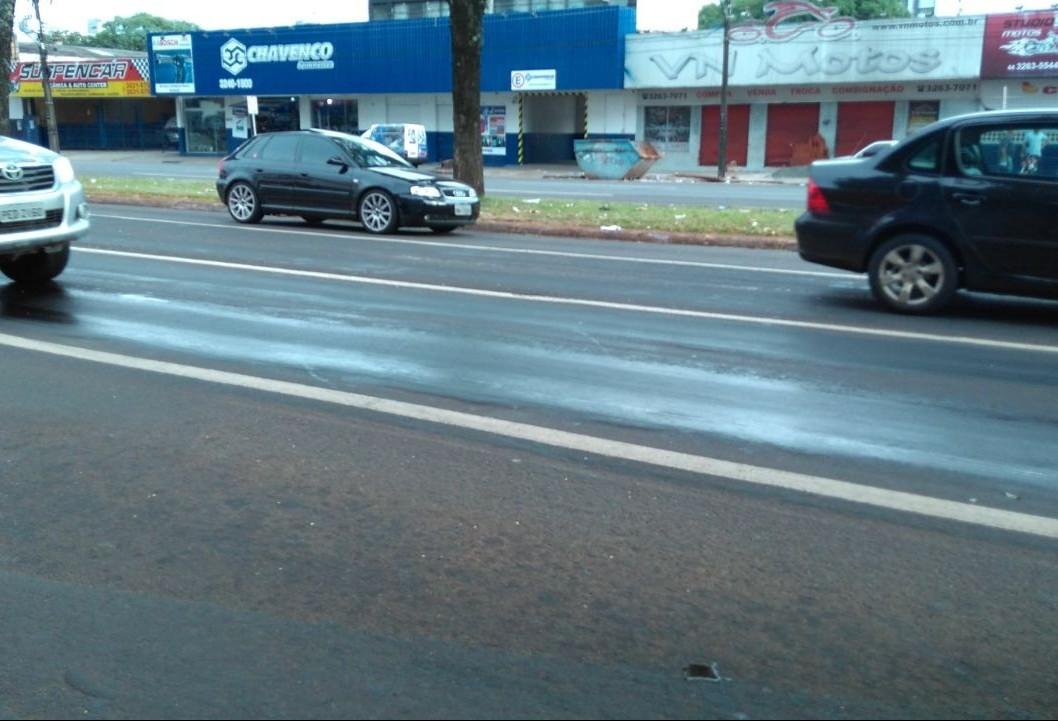 Trânsito lento por causa de óleo na pista  na saída para Campo Mourão