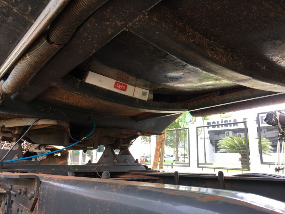 Caminhão bitrem carregado com cigarros é apreendido