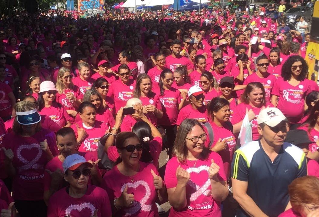 Vítimas de câncer de mama dão exemplo em caminhada contra doença