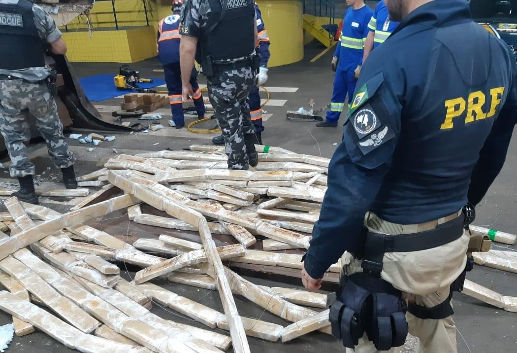 Mais de meia tonelada de maconha é apreendida em fundo falso de carreta