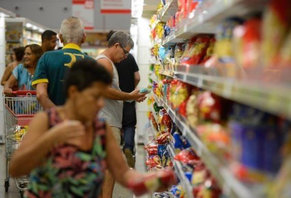 Município fiscaliza, mas não multa supermercados que abriram domingo