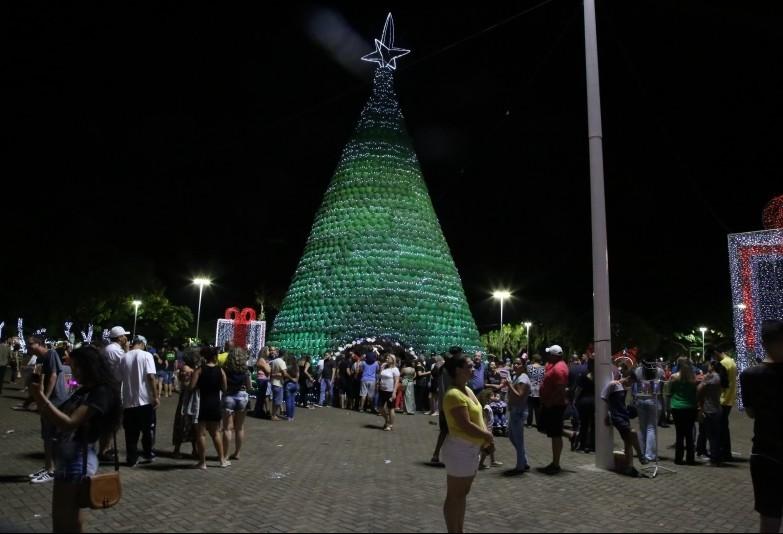 Incêndio destrói árvore de Natal ao lado da Catedral de Maringá